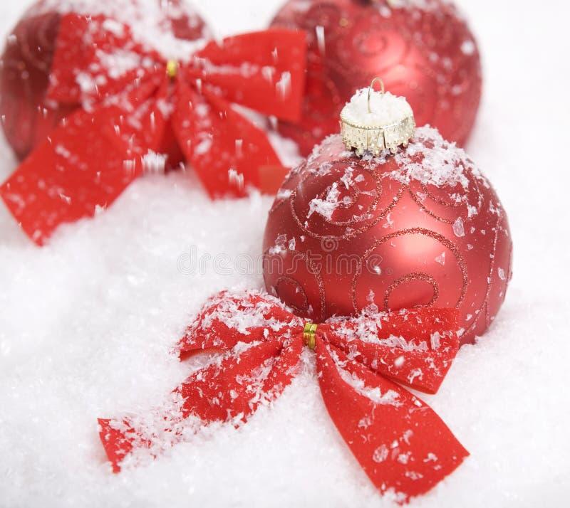 Decoración roja de la Navidad con nieve fotografía de archivo libre de regalías