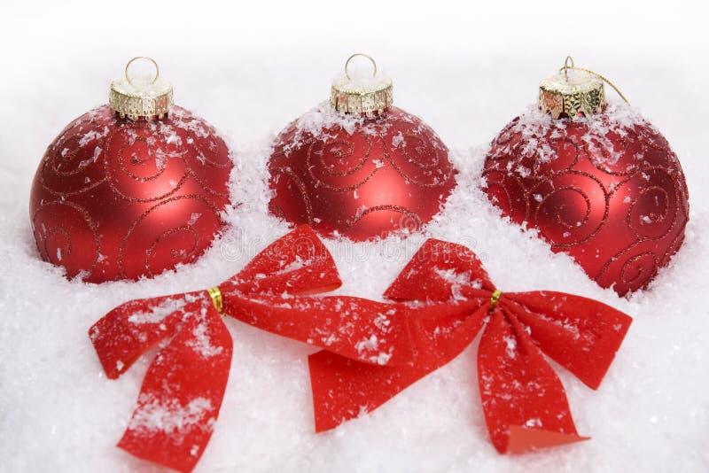 Decoración roja de la Navidad con nieve fotos de archivo libres de regalías