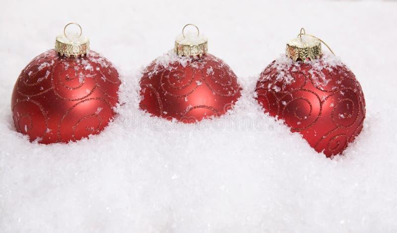 Decoración roja de la Navidad con nieve foto de archivo libre de regalías