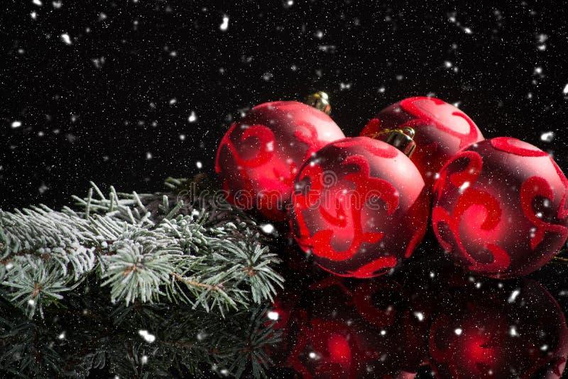 Decoración roja del árbol de navidad, bolas rojas y abeto verde en negro imagen de archivo