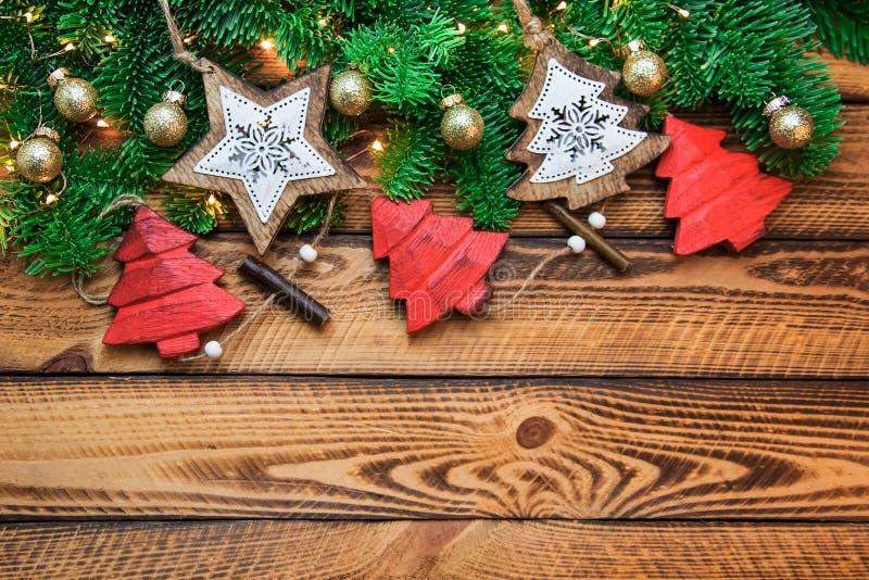 Decoración roja del vintage del oro de la Navidad con la rama verde del abeto sobre fondo de madera oscuro imágenes de archivo libres de regalías