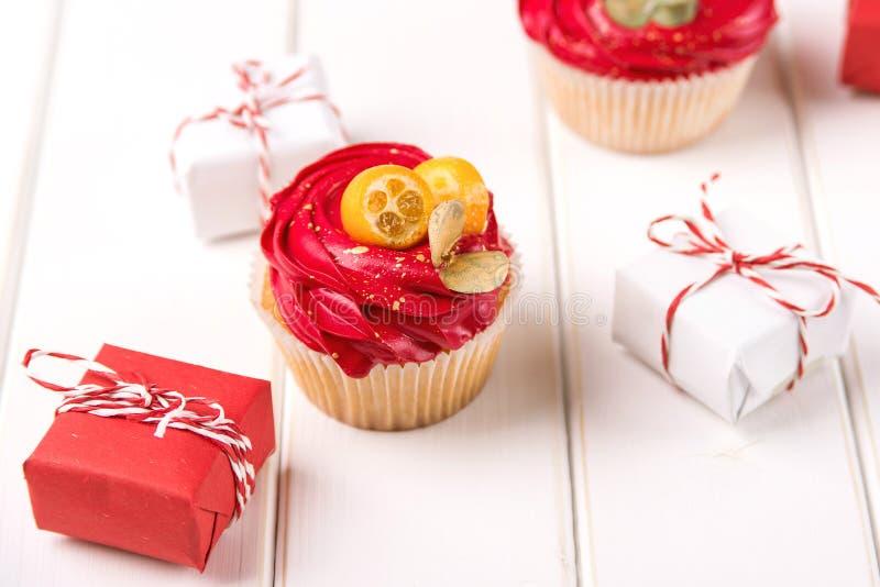 Decoración sabrosa de quequitos y Navidad con fondo blanco Tarjeta navideña con cupcake foto de archivo