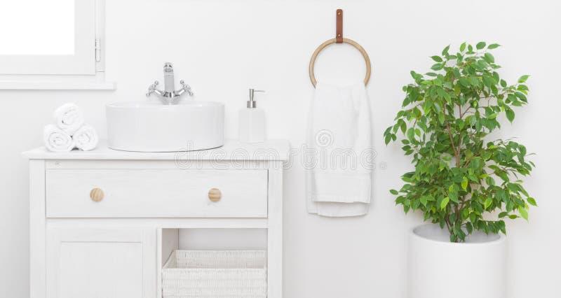 Decoración sencilla y elegante con muebles de época en tonos claros imágenes de archivo libres de regalías