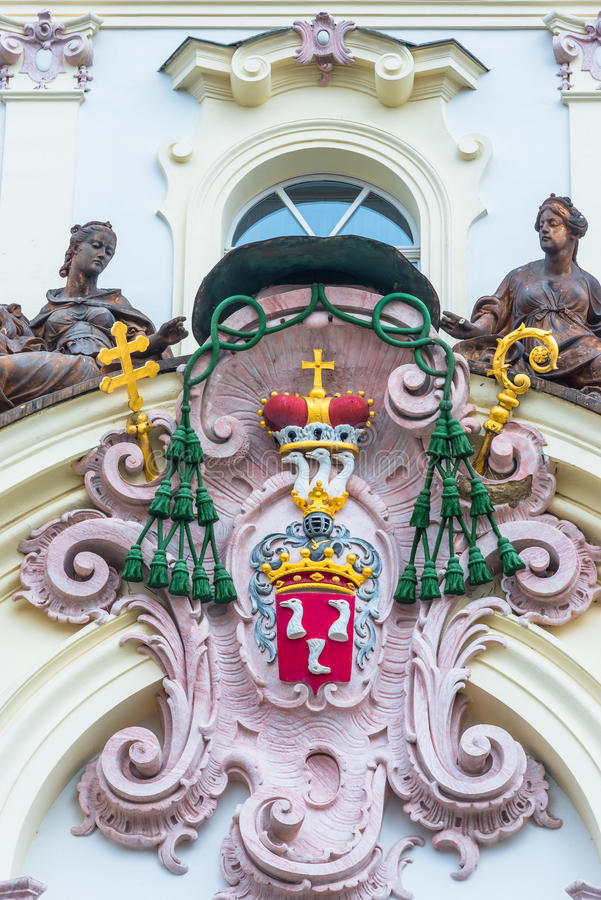 Decoración sobre la entrada principal al palacio del arzobispo en Praga fotografía de archivo