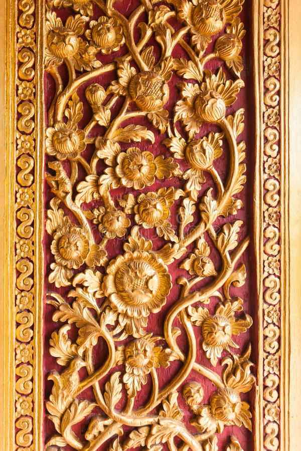 Decoración tailandesa de la puerta del templo con la flor de oro fotografía de archivo libre de regalías