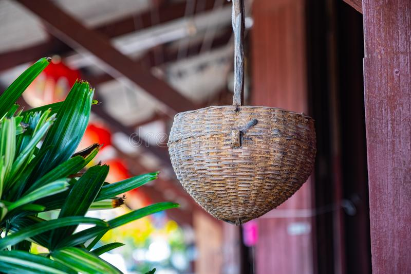 Decoración tailandesa del hogar del estilo de la cesta vieja foto de archivo