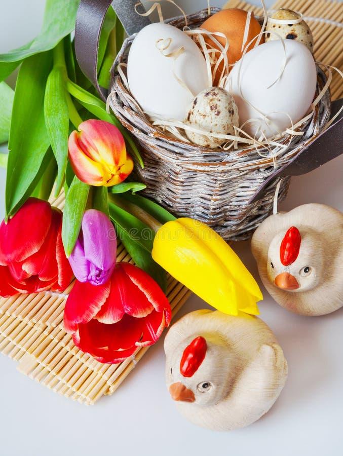 Decoración tradicional de Checo pascua - huevos blancos con el tulipán imagen de archivo