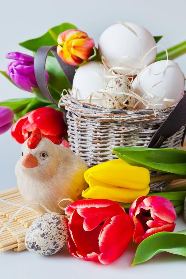 Decoración tradicional de Checo pascua - huevos blancos con el tulipán foto de archivo libre de regalías