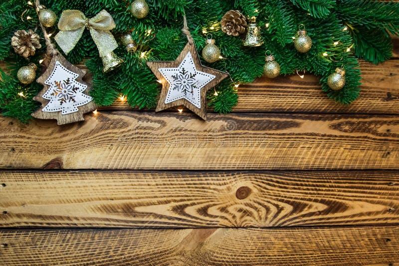 Decoración tradicional de la Navidad con la rama del abeto en fondo de madera del vintage fotografía de archivo libre de regalías