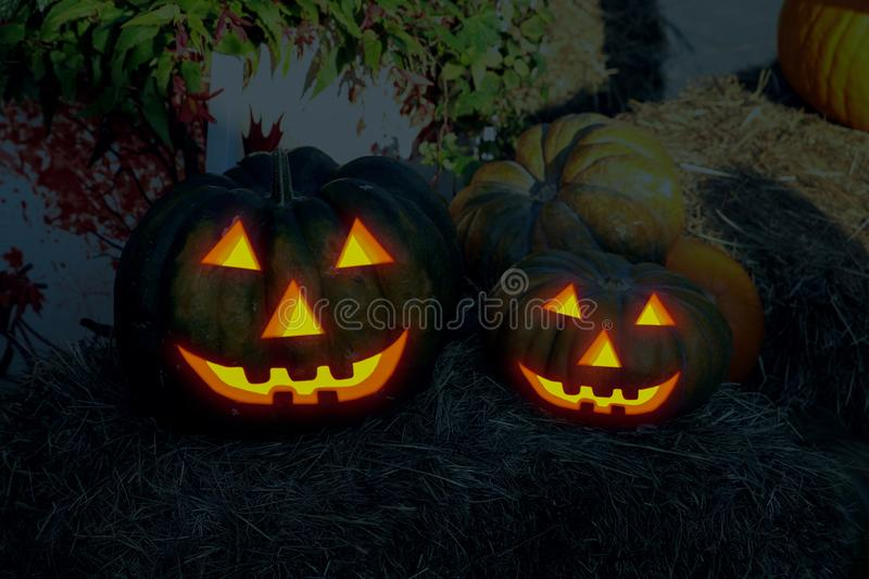 Decoración tradicional Halloween de la pequeña sonrisa impresionante grande de los pares de la calabaza del enchufe de la lintern imagenes de archivo