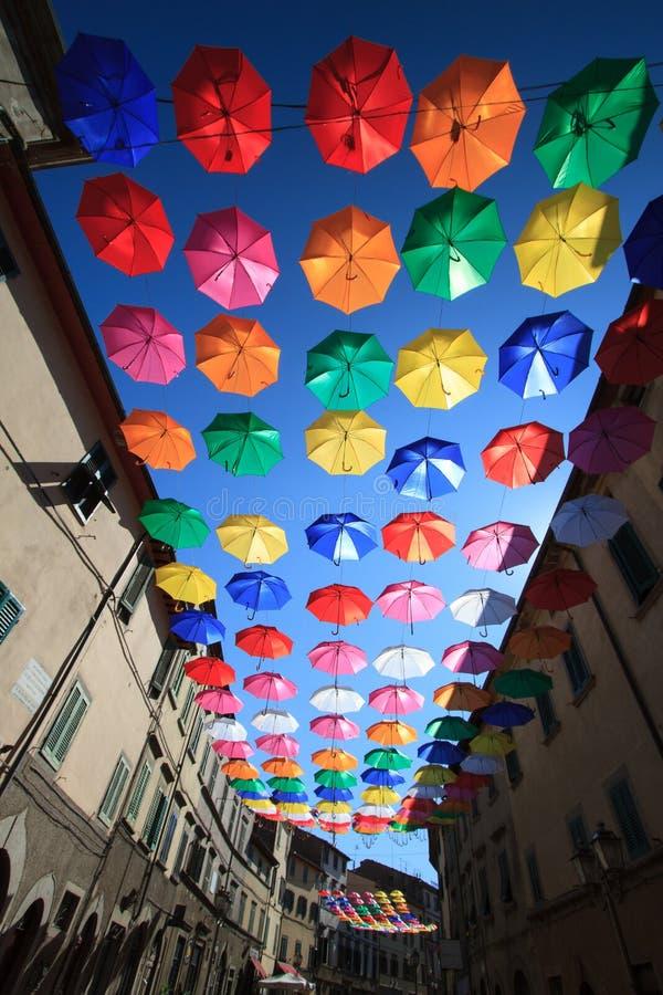 Decoración urbana de la calle de los paraguas coloridos foto de archivo libre de regalías
