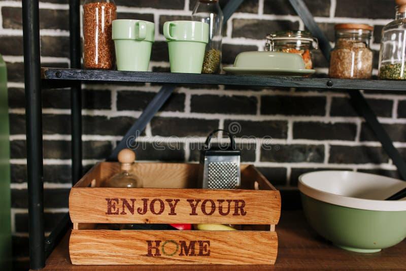 Decoración y caja de almacenamiento caseras de madera en la cocina moderna Custodia del art?culos de cocina fotografía de archivo libre de regalías