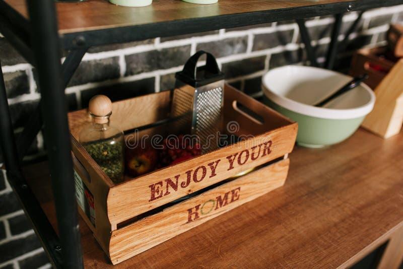Decoración y caja de almacenamiento caseras de madera en la cocina moderna Custodia del art?culos de cocina fotos de archivo libres de regalías