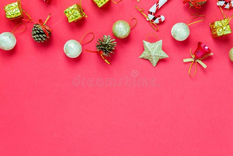 Decoración y ornamento de la Navidad de la visión superior en la tabla de madera con c foto de archivo