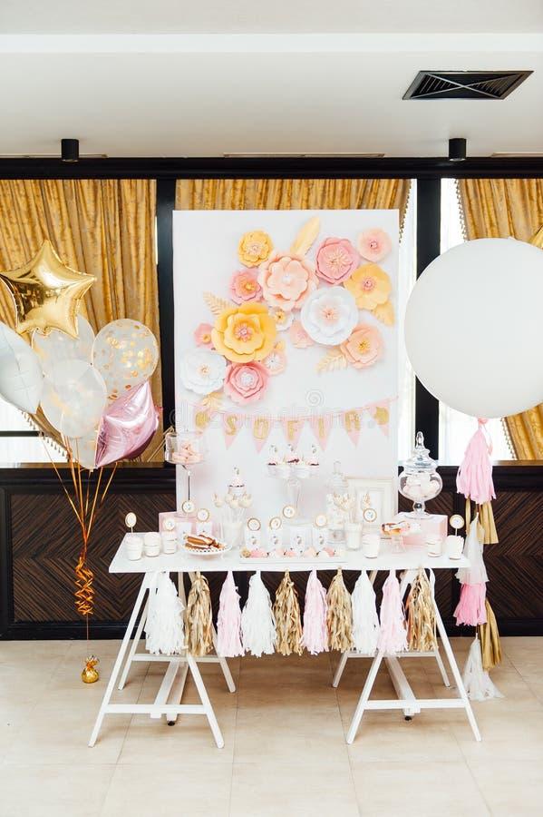 Decoración y torta de la fiesta de cumpleaños de los niños imagenes de archivo