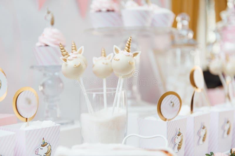 Decoración y torta de la fiesta de cumpleaños de los niños fotografía de archivo libre de regalías