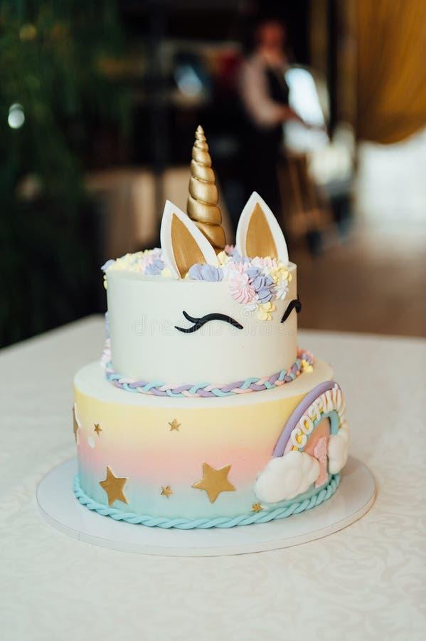 Decoración y torta de la fiesta de cumpleaños de los niños imagen de archivo
