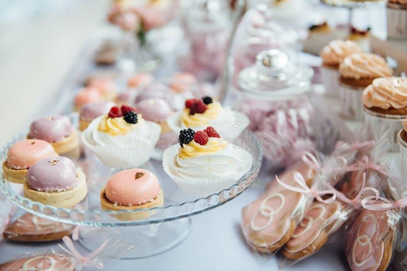 Decoración y torta de la fiesta de cumpleaños de los niños Vector adornado foto de archivo