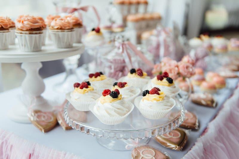 Decoración y torta de la fiesta de cumpleaños de los niños Vector adornado fotos de archivo