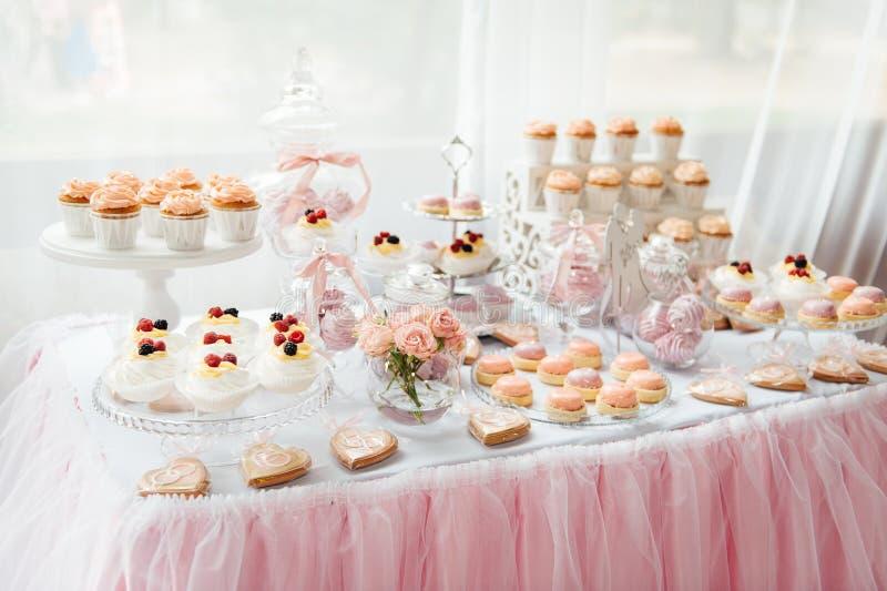 Decoración y torta de la fiesta de cumpleaños de los niños Vector adornado imagenes de archivo