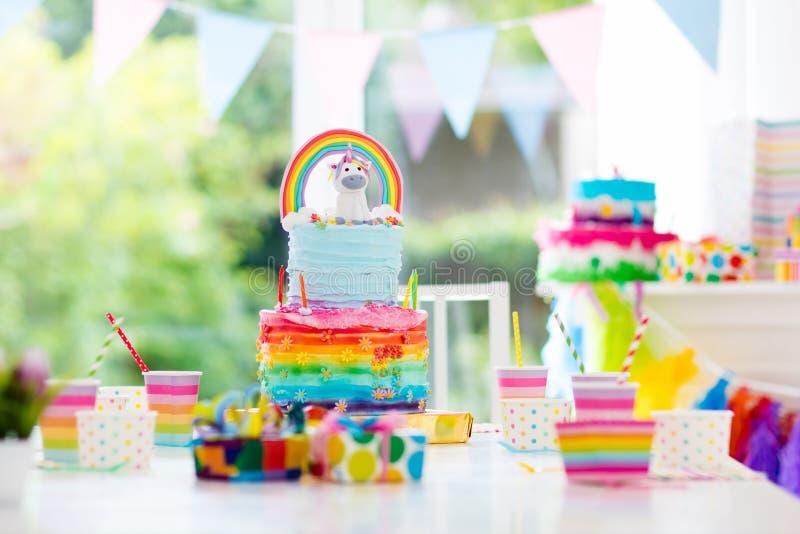 Decoración y torta de la fiesta de cumpleaños de los niños fotos de archivo libres de regalías