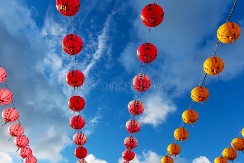 Decoraci?n colorida de las linternas de papel durante A?o Nuevo chino fotografía de archivo