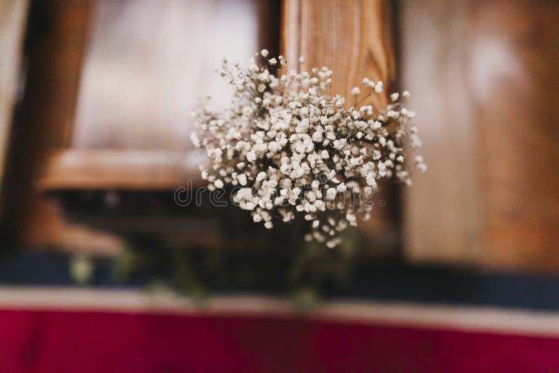 Decoraci?n hermosa de la boda de la flor en una iglesia Foco selectivo Concepto del matrimonio en iglesia imágenes de archivo libres de regalías