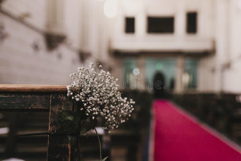 Decoraci?n hermosa de la boda de la flor en una iglesia Foco selectivo Concepto del matrimonio en iglesia fotografía de archivo libre de regalías