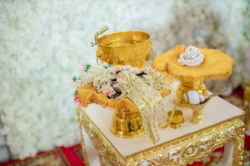 Decoraci?n y artefactos tailandeses tradicionales de la atm?sfera de la ceremonia que se casa bandeja de oro con el pedestal y lo foto de archivo libre de regalías