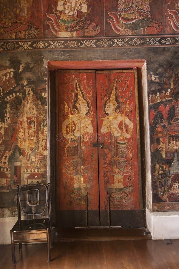 Decoraciones antiguas de la puerta imagenes de archivo