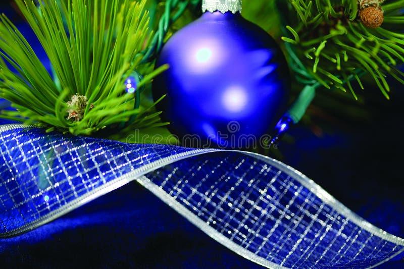 Decoraciones azules del árbol de navidad fotografía de archivo