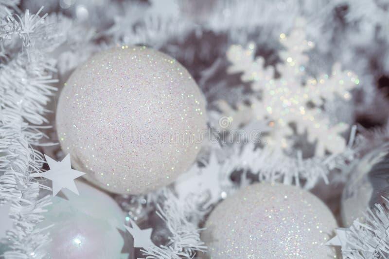 Decoraciones blancas del árbol de navidad foto de archivo