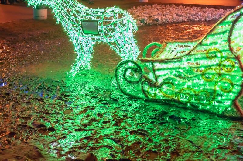 Decoraciones, ciervos y trineo de la Navidad de luces fotografía de archivo libre de regalías