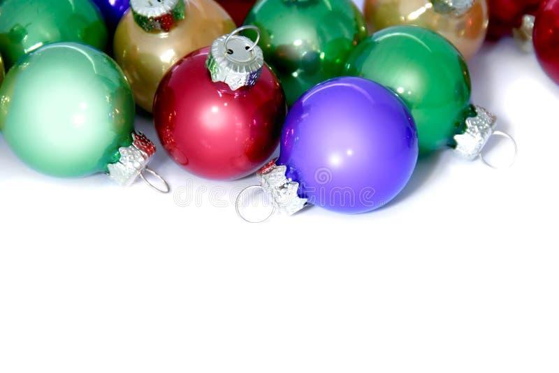 Decoraciones coloridas de la Navidad en blanco imagenes de archivo