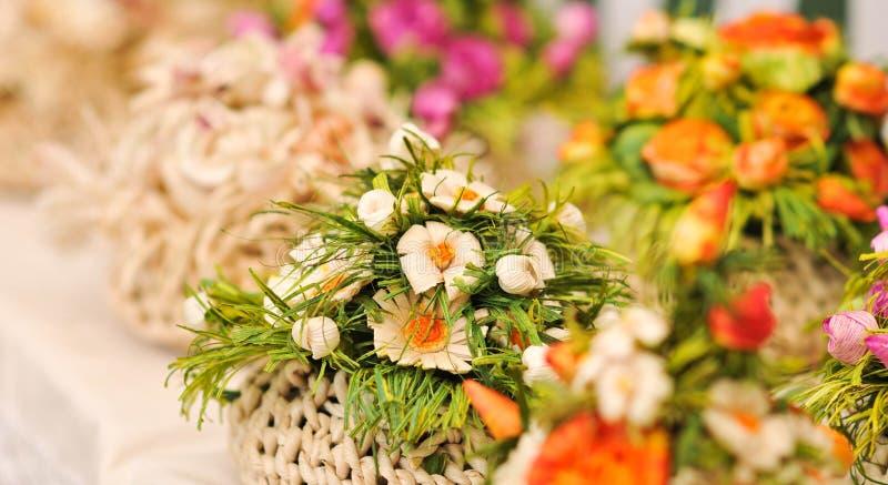 Decoraciones coloridas de las flores artificiales imagen de archivo
