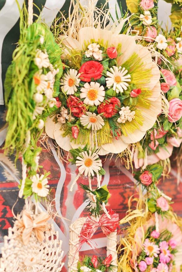 Decoraciones coloridas de las flores artificiales Arreglo decorativo de diversas flores en el mercado rumano imagen de archivo