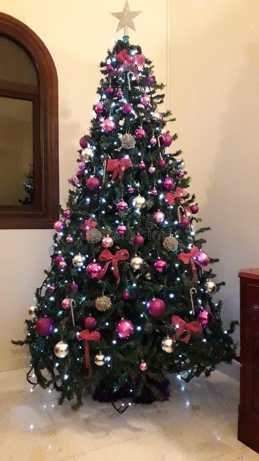 Decoraciones creativas púrpuras del árbol de navidad para las casas de lujo fotos de archivo libres de regalías