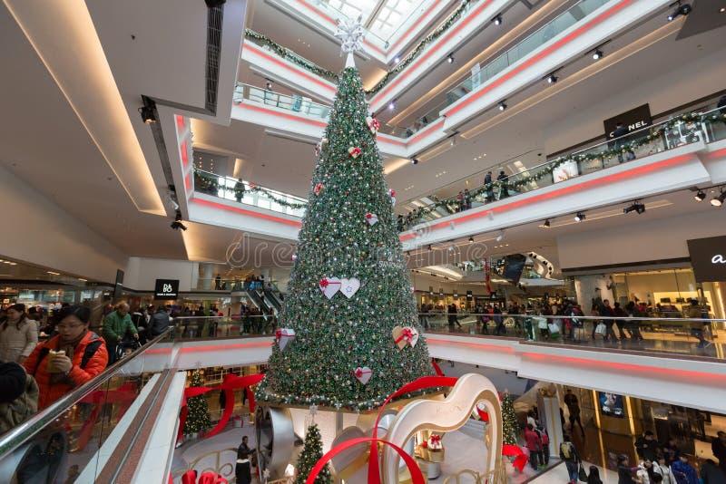 Decoraciones cristalinas del árbol de navidad de Swarovski del paseo del festival en Hong Kong imagen de archivo libre de regalías