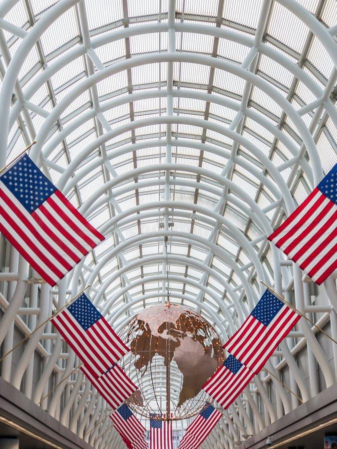 Decoraciones de banderas estadounidenses en el aeropuerto de Ohare fotos de archivo libres de regalías