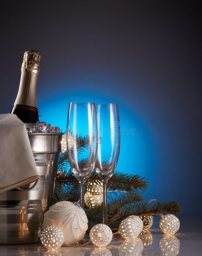 Decoraciones de Champán y de la Navidad y del Año Nuevo fotos de archivo libres de regalías
