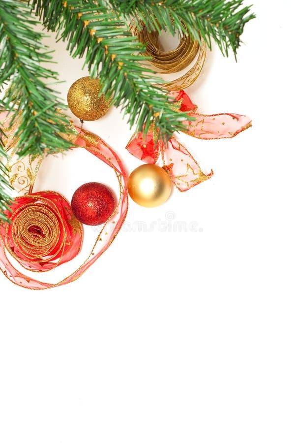 Decoraciones de Christmass al lado de un árbol de los christmass fotografía de archivo libre de regalías