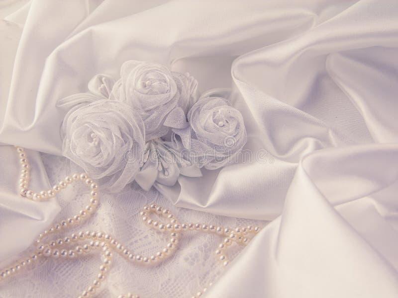 Decoraciones de la boda, seda, cordón, flores de seda fotos de archivo