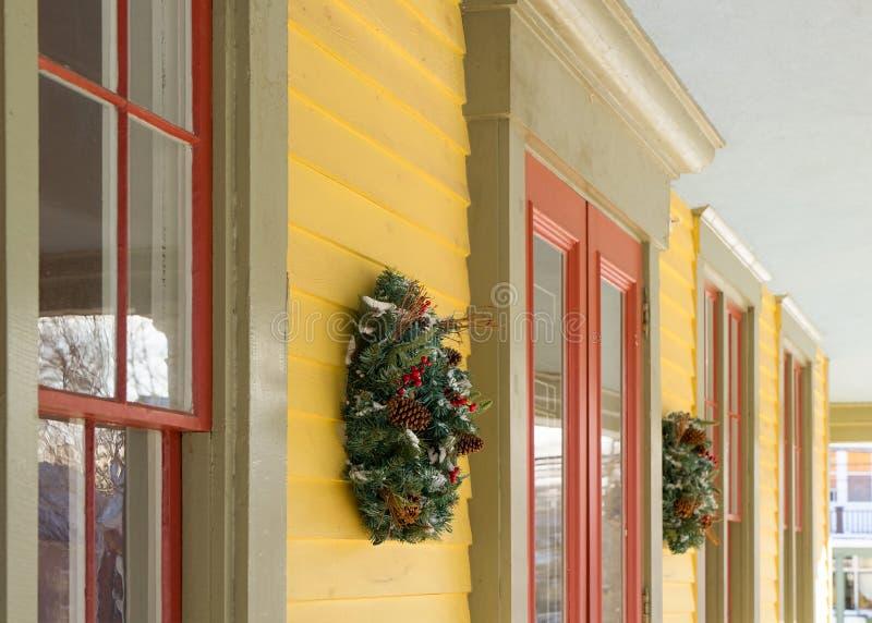 Decoraciones de la casa de la guirnalda de la Navidad foto de archivo libre de regalías