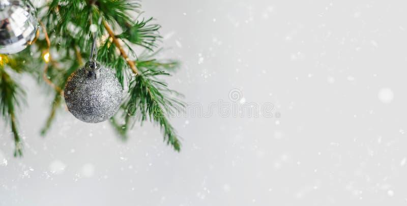 Decoraciones de la composición de la Navidad y ramas de árbol de abeto de las guirnaldas imagen de archivo