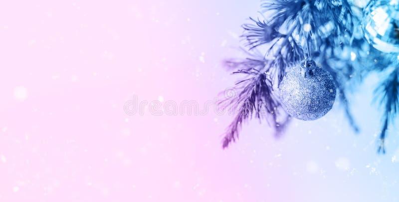 Decoraciones de la composición de la Navidad y ramas de árbol de abeto de las guirnaldas imagen de archivo libre de regalías