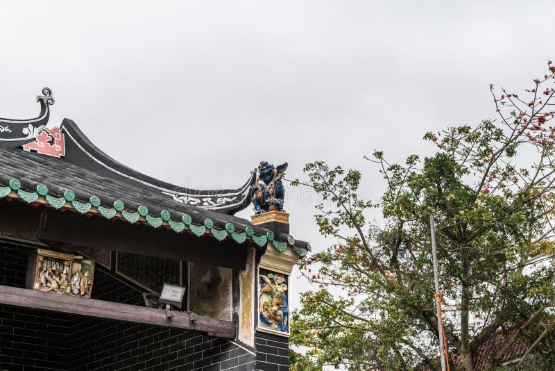 Decoraciones de la esquina del tejado de Tang Ancestral Home, Hong Kong China fotos de archivo