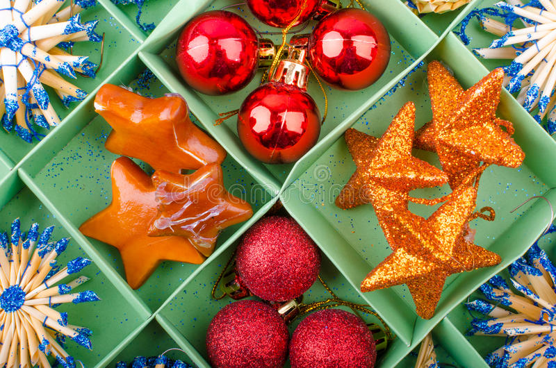 Download Decoraciones de la Navidad foto de archivo. Imagen de bola - 44857374