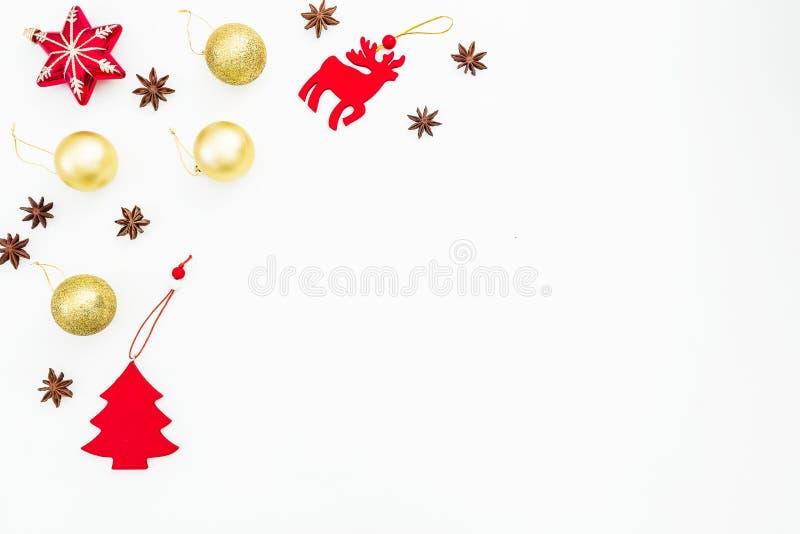 Decoraciones de la Navidad, bolas de oro y anís en el fondo blanco Endecha plana, visión superior Concepto de la decoración del d libre illustration