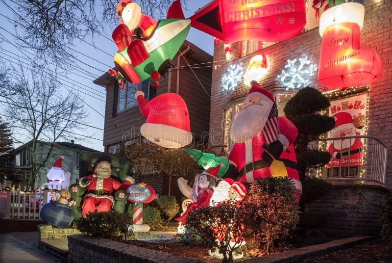 Decoraciones de la Navidad de casas en la vecindad de las alturas de Dyker, en el sudoeste de Brooklyn, en Nueva York EE.UU. fotografía de archivo libre de regalías
