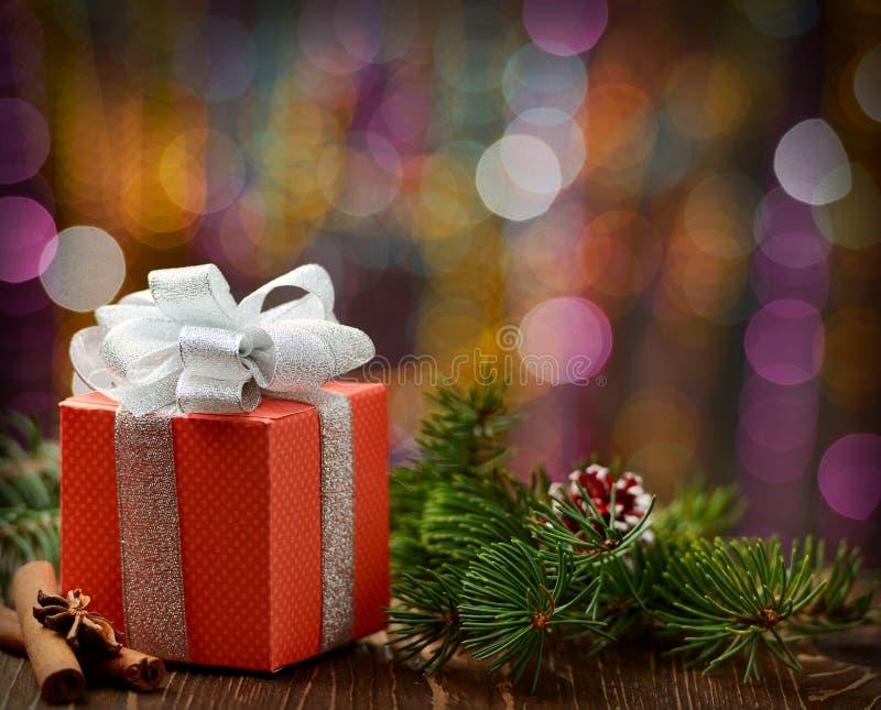 Decoraciones de la Navidad con la caja de regalo imagen de archivo